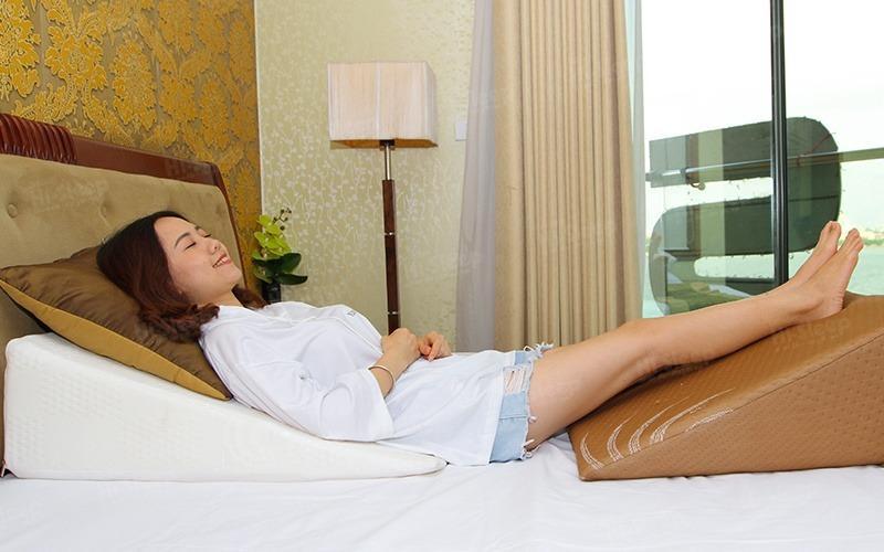 Ngủ trên gối nêm giúp giảm buồn nôn khi đánh răng