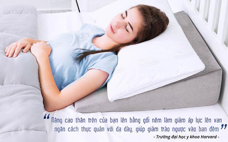 Ngủ trên gối nêm giúp giảm trào ngược ban đêm