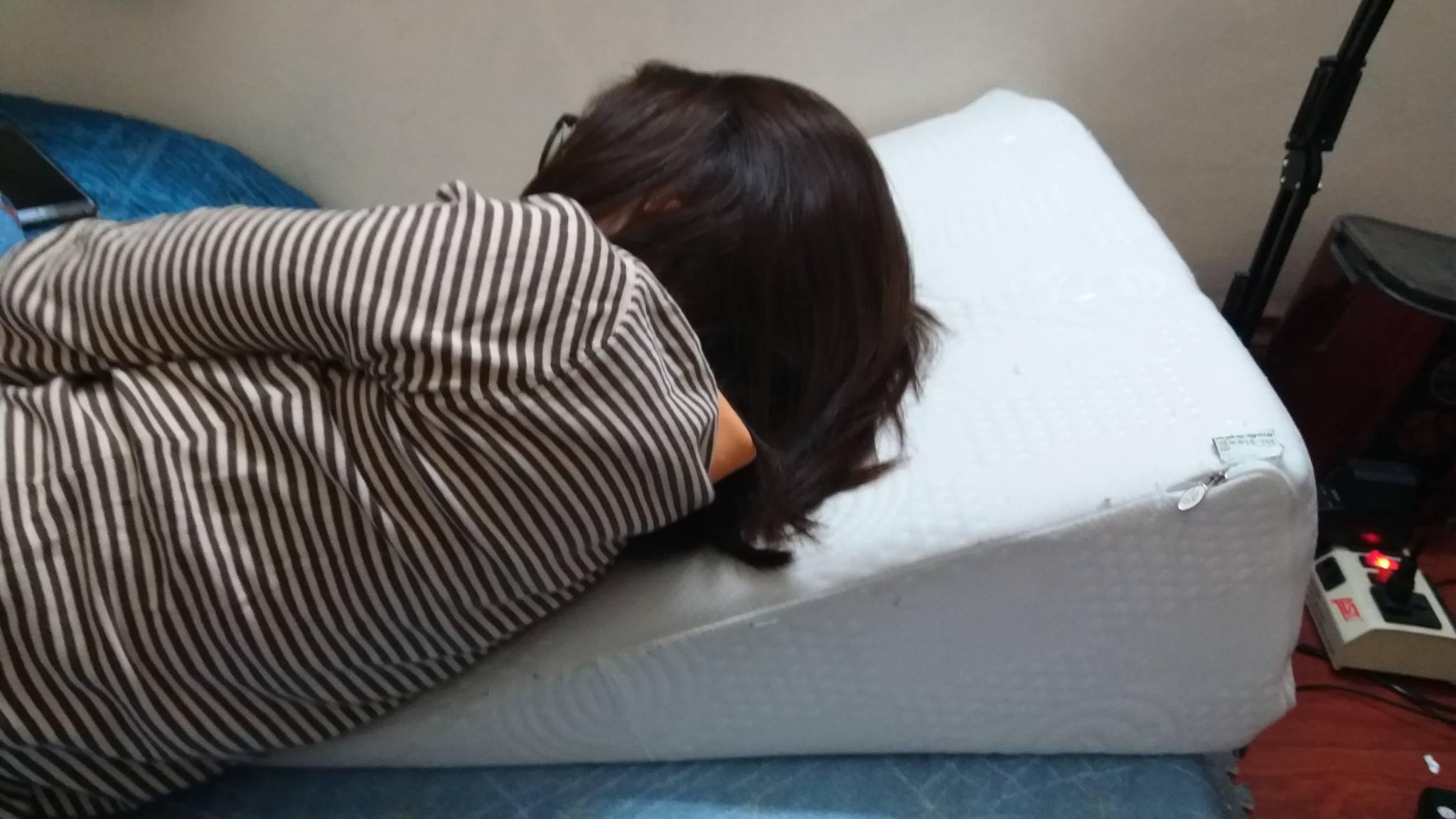 Bạn Trần Việt Linh đang sử dụng gối nêm Hi-Sleep