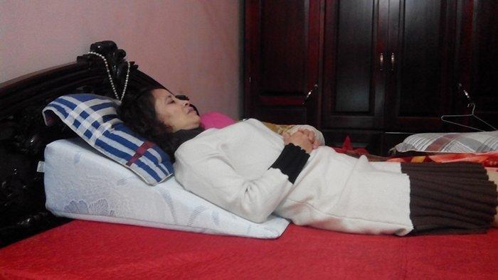 Cô Ngân nằm ngủ trên gối nêm Hi-Sleep