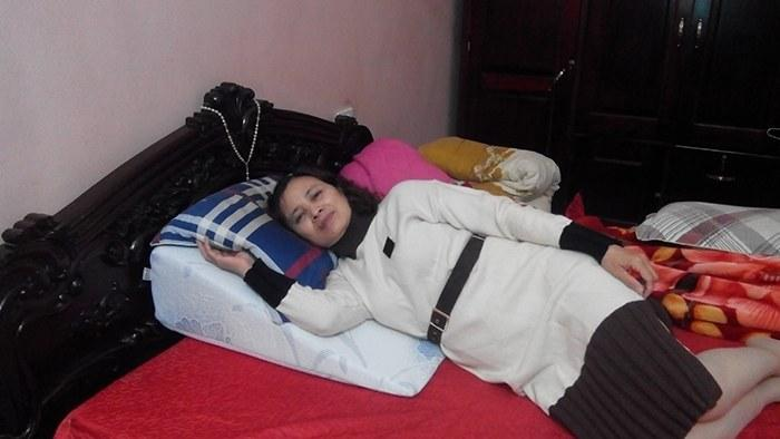Cô Ngân đang sử dụng gối nêm Hi-Sleep