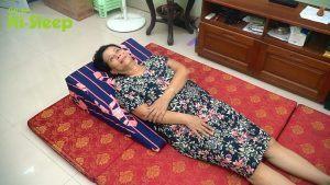 Cô Phạm Tuyết Mai ngủ trên gối nêm Hi-Sleep giúp nâng cao họng và thực quản hơn dạ dày