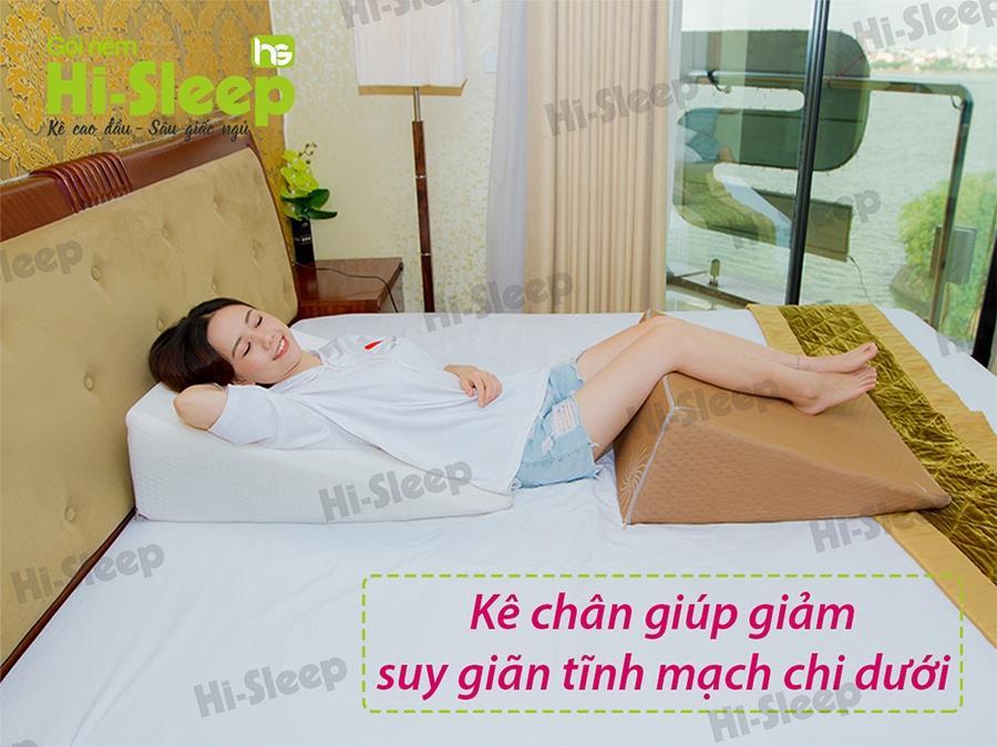 Sử dụng gối nêm Hi-Sleep kê chân giúp giảm suy giãn tĩnh mạch chi dưới