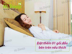 Nếu bạn thích có thể kê thêm 1 gối mỏng khi nằm gối nêm Hi-Sleep