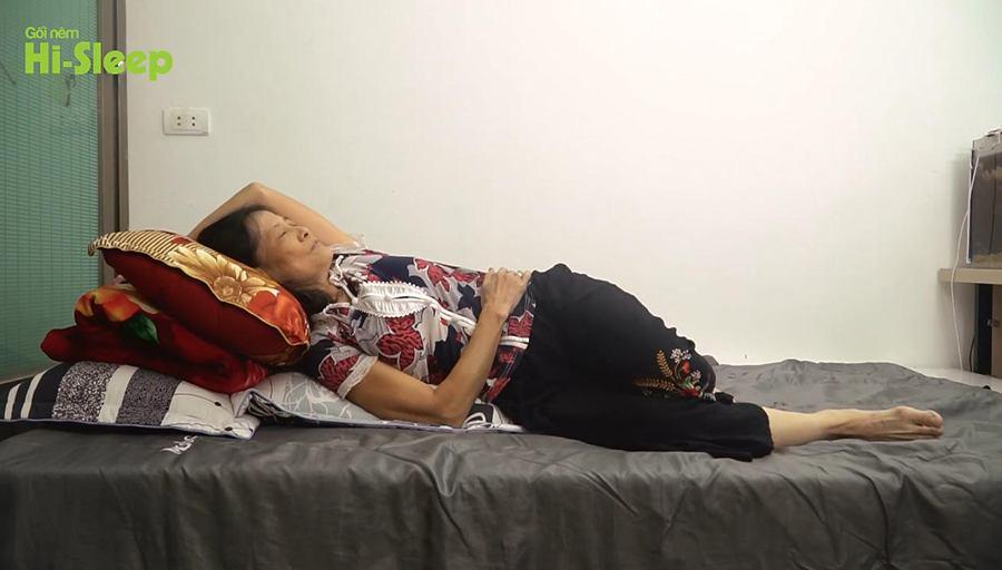 Đổi cách ngủ cô Lan xếp chống gối để giảm trào ngược ban đêm