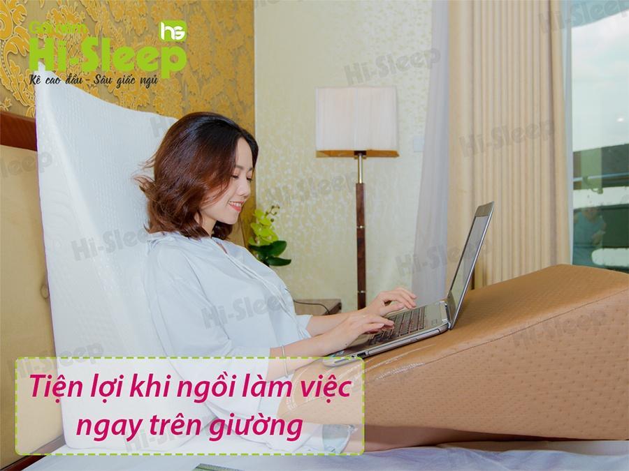 Sử dụng gối nêm Hi-Sleep tiện lợi làm việc ngay trên giường