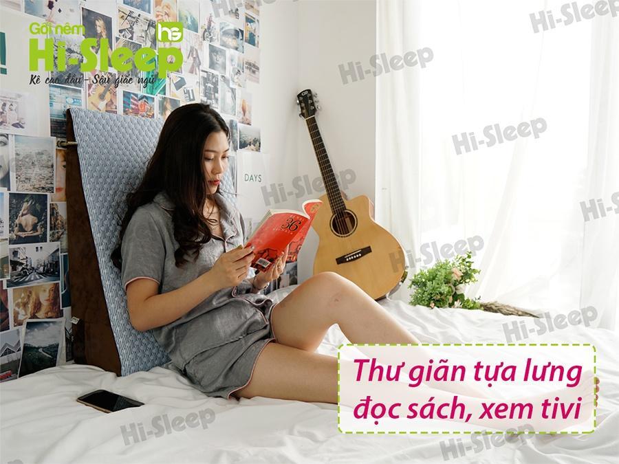 Sử dụng gối nêm Hi-Sleep để thư giãn tựa lưng, đọc sách, xem tivi