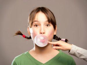 Nhai kẹo cao su giúp làm tăng tiết nước bọt và động tác nuốt