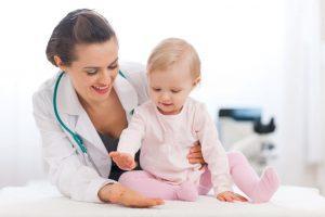Đưa trẻ đi khám bác sĩ ngay nếu thấy bé không giảm nôn trớ, ọc sữa sau 18 tháng